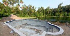 Pour tout savoir sur la construction d'une piscine : achat, prix, montage du bassin, revêtement et mise en eau.