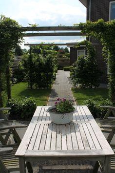 Deze zichtlijn van 30 meter benadrukt het breedste gedeelte van onze tuin.