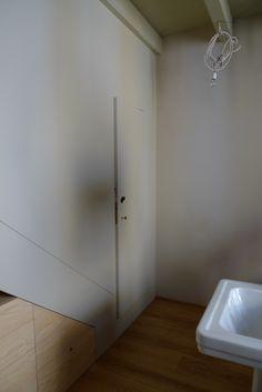 la porta di accesso allo spazio privato inserita nel mobile-scala Appartamento privato