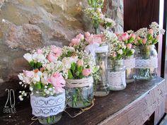 Flores, rafia y encaje. Un rincón muy campestre