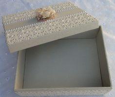 Caixa em MDF forrada com tecido 100% algodão. Detalhes em renda, chatons e flor de cetim e organza.