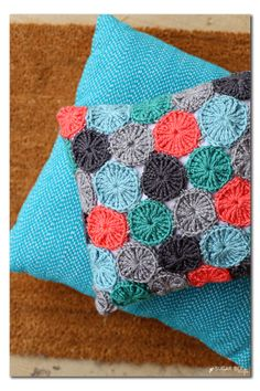 yo-yo pillow crocheted, FREE pattern  - - I just LOVE this!! great crafts…