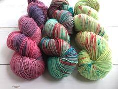Lemon-Light and Medium Orchid - Hand dyed yarn, 100%  Superwashed merino wool, 3x skein 100gram/400m door AtelierSopra op Etsy