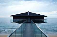 """Belgian architect F2 Architecture has built the house """"The Pole House"""", up in the air, on the Great Ocean Road in Australia. Above the road, we can admire the coast and the Australian sea from the balcony or the bay windows. A pleasant and idyllic architecture is to discover in the next part of the article."""