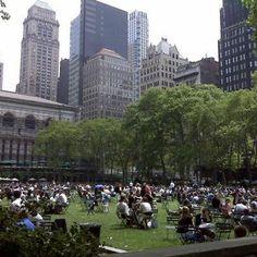 Voici Bryant Park, un magnifique espace vert d'une surface de 3,9 hectares qui se trouve au cœur de Manhattan entre la 40e et la 42e rue. À l'intérieur du parc se trouve la New York Public Library. Les toilettes publiques valent la peine d'être vues !