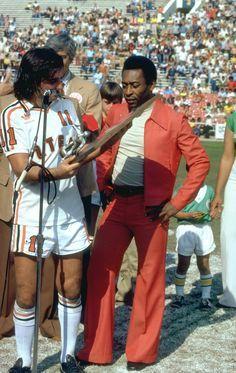 Pelé recebe placa de George Best nos EUA em 1978. Manja o terno do rapaz.