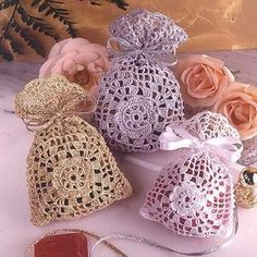 Idea for lavender bags for Christmas gifts (does not link to pattern) Crochet Sachet, Crochet Pouch, Crochet Purses, Thread Crochet, Crochet Gifts, Filet Crochet, Crochet Home, Love Crochet, Beautiful Crochet