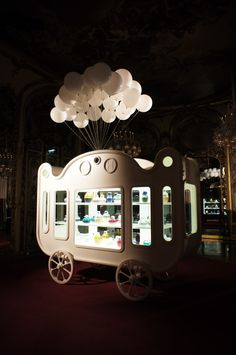 Direction le sublime showroom Baccarat pour retomber dans l'enfance à travers l'univers de Jaime Hayon et son cirque mobile ZOO…