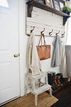 玄関に置けば、ちょっと小物を置いておけるし、靴を履くときにも使用できるのでとっても便利。