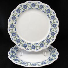 White with scalloped edge with blue flowers | Fransk Collection, Made in Japan