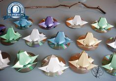[ Segunda postagem do mês de setembro de 2016: exposição com haicai e origami]  Eu participarei como origamis que estão sendo dobrados com os lindos papéis da parceria Filiperson! Abraços Dobrados Agradecidos. Em primeira mão, o haicai e os sapos que serão montados em forma de móbile.  Cem mil rãs de luz saltam na boca lilás do lago sem fim Matsuo Bashô - Valerio Oliveira