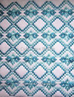 Bordado en vagonite para cojín en color turquesa y celeste. #vagonite #bordado #embroidery #cintas #fitas #ribbons #cushion #embroidered #bordadoyugoslavo