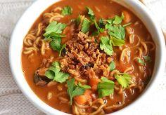 Mijn hemel wat ben ik toch dol op internationale keukens. Vooral de Aziatische keuken is een van mijn favorieten. Eindeloos variëren met ingrediënten, spicy gerechtjes, romige milde curry's.. Ik houd ervan. Een paar weken geleden at ik de Javaanse pindasoep… Asian Recipes, Healthy Recipes, Ethnic Recipes, Mumbai Street Food, Dairy Free Diet, Cooking Together, My Best Recipe, Vegan Soup, Soup And Sandwich