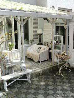 Shabby chic outdoor living under a covered pergola Outdoor Living Rooms, Outdoor Spaces, Living Spaces, Casa Hipster, Vibeke Design, Covered Pergola, Decks And Porches, Interior Exterior, New Homes