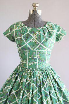Vintage 1950s Dress / 50s Cotton Dress / California Cottons Green Floral Dress w/ Ruched Waist S/M