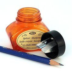 Es un tintero pero no tiene ni gota de tinta porque se ha transformado en un agudo afilalápices. Colócalo sobre tu mesa, mete en el agujero un lápiz…¡¡¡y todos pensarás que estás loco y metes el lápiz en tinta!!! Puedes encontrar este divertido sacapuntas en la #LibreríaMPM.