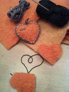 Hartje van wollen deken! Vintage Blanket, Recycled Sweaters, Crochet Decoration, Wool Blanket, Craft Fairs, Needle Felting, Sewing Projects, Kids Rugs, Embroidery