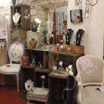 Malov'e création  Voici le coin de Valérie qui créé des bijoux et autres accessoires déco mais aussi retape des fauteuils et des chaises