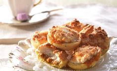 Recipe for delicious South African Hertzoggies with a jam or caramel filling Ingredients 2 c g) self-raising flour ¼ c g) castor sugar 2 t ml) baking powder ¼ t ml) salt ½ c g) Clover Mooi River butter 3 egg yolks 1 tbsp ml) cold water Filling: ½ … No Cook Desserts, Mini Desserts, Delicious Desserts, Dessert Recipes, South African Desserts, South African Recipes, Yummy Treats, Sweet Treats, Biscuits