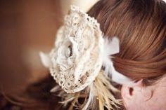 野外フェスや結婚式に使えるヘッドドレス。羽を加えて、ナチュラル感UP!