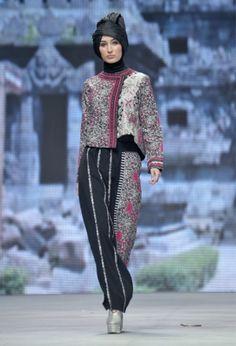 Fashion Show Batik Casual Hijab Bd Fashion, Thai Fashion, Batik Fashion, Hijab Fashion, Korean Fashion, Kebaya Lace, Kebaya Dress, Batik Kebaya, Blouse Batik