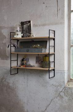 Wandrek met eiken planken en metalen frame   Gero Wonen #wandrek #interieur #industrialdesign #industrieelwonen #industrial #industrieel