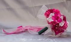 Nuestra Novia Frambuesa, con gotas de rocío entre destellos blancos y rosas, ayer dijo, Por siempre jamás.Alegre, colorido, expectacular  Flores de tela para novias únicas algodondeluna@gma... o 606619349