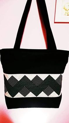 Patchwork Bags Tote Ideas 35 Ideas - You are in the right place about patchwork quilting tutorial Here we offer you the most beautiful pictures about the Quilted Tote Bags, Patchwork Bags, Seminole Patchwork, Patchwork Quilting, Handmade Handbags, Handmade Bags, Fab Bag, Diy Bags Purses, Blog Couture