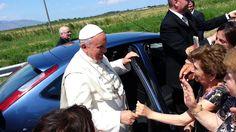 El Papa Francisco detiene su auto para bendecir a una niña con discapacidad