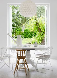 This white space with a burst of green from the outdoors is incredible. Love it. via Est Magazine