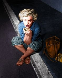 Marilyn Monroe wearing very cool sandals and an amazing leather bag :D
