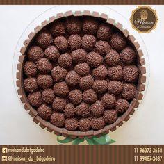 ✨ Bolo kit kat com brigadeiros gourmet e recheio de brigadeiro ✨ Para informações: maisondubrigadeirobr@gmail.com