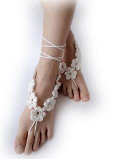 Gehäkelte barfuss Sandalen - weiß oder Elfenbein 7 Blumen in einer Kette - Fuß-Schmuck - Strand-Hochzeit - Bridal Zubehör - paar (Set à 2 Stk)