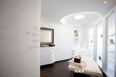 www.idea-friseure... #hair #beauty #salon #furniture #design #idea #friseureinrichtung #friseur #Einrichtung #wellness #luxury #hairdresser #Haare #Friseuren #style #Coiffeur #stylisch #golden #mirror #spiegel #handtücher #kerzen #candles #wand #beschriftung #allwhite #liegestuhl #massage #glanz