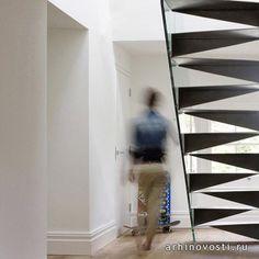 Лестницу Оригами придумал архитектор Белл Филлипс (Bell Phillips); лента из стали и стекла вписалась в интерьер частного дома в Лондоне.