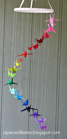 This origami crane rainbow mobile is sure to brighten up your room and test your dexterity :) (via Sugar Bee Crafts) - peace cranes Mobil Origami, Origami Paper, Diy Paper, Paper Crafting, Paper Art, Diy Origami, Origami Cranes, Hanging Origami, Origami Wedding