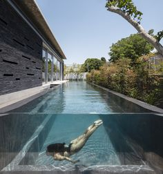 World Architecture Community News - Pitsou Kedem Architects' black Pavilion House is reflected onto a linear swimming pool in Israel Natural Swimming Pools, Outdoor Swimming Pool, Indoor Pools, Langer Pool, Casa Wabi, Moderne Pools, Pitsou Kedem, One Level Homes, Dream Pools