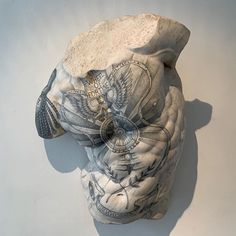 The combination of marble art, classicism, and tattoos is a choice repeated several times in the works of the modern artist, Fabio Viale Art Sculpture, Modern Sculpture, Sculptures, Criminal Tattoo, Traditional Tattoo Art, Marble Art, White Marble, Tattoo Shop, Tattoo Studio