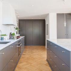 Benkeplate i marmor sammen med Bistro peppergrå. Carrara, Interior Design Kitchen, Kitchens, Kitchen Cabinets, House, Home Decor, Camilla, Design Ideas, Summer
