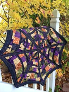 My New Spider Web Quilt! To wrap up this year& Spider Web Quilt-Along 2014 I would like to share the how-to for making this. Halloween Quilts, Halloween Quilt Patterns, Halloween Projects, Halloween Fabric Crafts, Halloween Decorations, Halloween Placemats, Halloween Blanket, Halloween Table Runners, Halloween Stoff