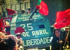 25 Abril 1983 Porto by Henrique Matos 01 - Portugal – Wikipédia, a enciclopédia livre > Manifestação pela Revolução dos Cravos na cidade do Porto em 25 de Abril de 1983.