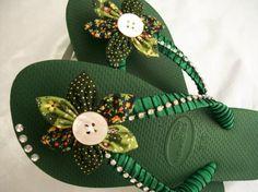 havaianas verde customizada havaianas verde com strass havaianas,tecidos,strass customização,customização  fuxicos