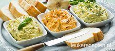 3 x zelf kruidenboter maken met 125 gr ongezouten roombote r/ ----Knoflookboter: * 2 flinke teentjes knoflook * Paar takjes verse peterselie (1 theel gedroogde kan ook) * Snufje zeezout * Snufje peper ---- Pittige chili boter: * Snuf cayennepeper * Gedroogde chilipeper (uit een molen) * Paar takjes verse koriander ---- Italiaanse kruidenboter: *1 gedroogde tomaat * 2 theel pesto * 1 theel italiaanse kruiden, gedroogd