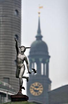 HAMBURG - Blick auf Hermes am Baumwall