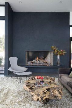 Salon cheminée bleu table bois brut