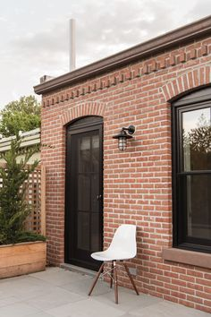 This Brooklyn Townhouse Is Impossibly Stylish Dustin Aksland Brooklyn Brownstone, Brick Architecture, Architecture Details, Charlton House, European Style Homes, Brick Facade, Red Brick Exteriors, Brick Wall, Brick Building