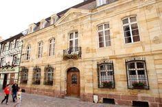 Maison LowenfelsLa maison Lowenfels est l'un des plus beaux hôtels particuliers de la ville. Elle est construite entre 1764 et 1770 pour Jean-Jacques Feer, le banquier de la première manufacture mulhousienne d'indiennes créée en 1746. Matériaux de qualité (grès des Vosges, calcaire blond), décor sculpté de cartouches de style rocaille, de guirlandes et de fleurs, grilles en fer forgé du rez-de-chaussée donnent à cet hôtel particulier une élégance rare.