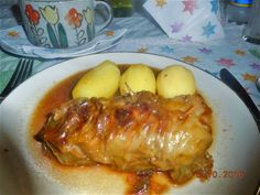 """Kohlroulade ( mit Spitzkohl), 400 g gemischtes Hackfleisch ( für 4-5 Rouladen ), 1 Brötchen -eingeweicht und dann gut ausgedrückt) 1 Ei ( vorher verrühren), 1 Zwiebel und Dörrfleisch würfeln und goldbraun in etwas Öl in der Pfanne """"rösten"""". Gewürze: Salz, schwarzer Pfeffer aus der Mühle, Kümmel, Majoran, Thymian, 1 Teelöffel mittelscharfer Senf. Alles gut vermengen und einige Stunden stehen lassen. Zwiebelsoße aus Bratensaft oder Demiglace -separat zubereiten- über die angebratenen Rouladen…"""