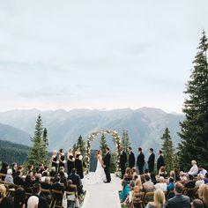 Vamos iniciar uma série de paisagens incríveis para cerimônias e festas. Algumas delas, como esta da foto, estão fora do país. Mas, convenhamos, aqui no Brasil também temos lugares tão belos quanto. Então vale a inspiração. Abrimos comThe Little Nell em Aspen, no Colorado. #lugarpracasar #inspiração #cerimonias / Foto:Tindall Farmer Photography