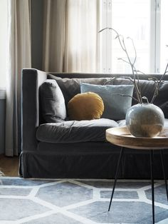 Velur sammen med mer velur er fint, og enda finere blir det når noe står i kontrast til hverandre. Som den blågrå sofaen mot en okergul pute Grey Rugs, Love Seat, Couch, Throw Pillows, Living Room, Interior, Furniture, Entrance, Elephant